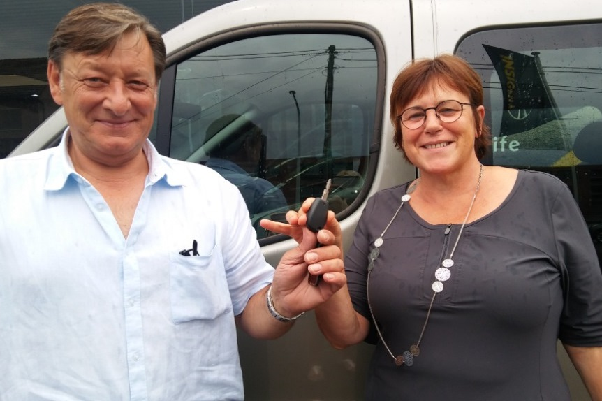 overhandiging van de sleutel van onze minibus